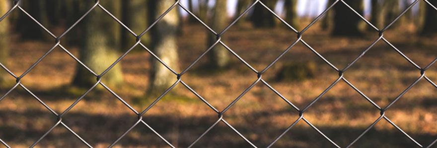 poser un grillage rigide pour former une clôture